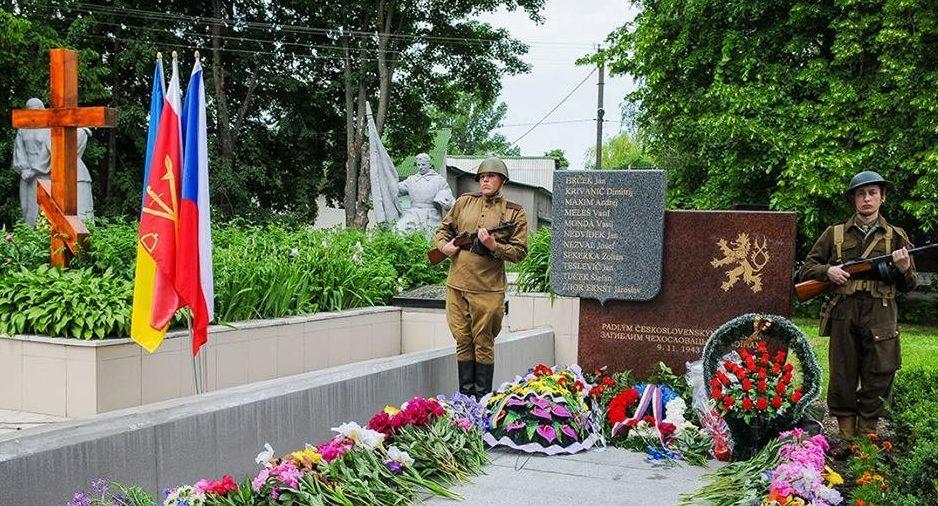 с. Черняхов, Кагарлыкского р-на. Памятник, установленный в 2014 году чехословацким воинам, погибшим 9 ноября 1943 года в бою за село.