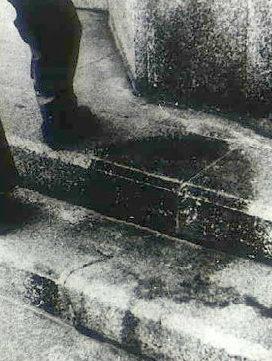 Тень человека, в момент взрыва сидевшего на ступеньках лестницы перед входом в банк, 250 метров от эпицентра. Август 1945 г.
