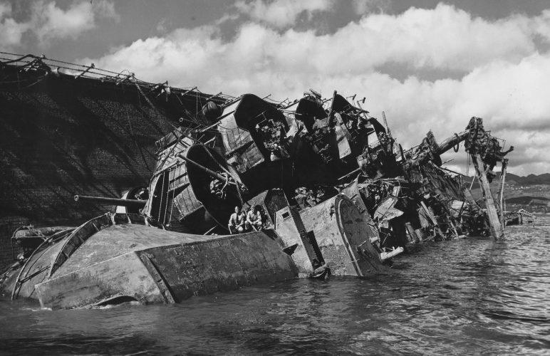 Подъем линкора «Оклахома». 19 марта 1943 г.
