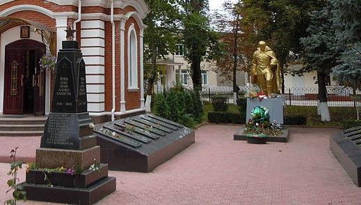 г. Беляевка. Мемориал по улице Атамана Головатого, установленный в 1964 году на воинском захоронении, где покоится прах 188 советских воинов, погибших при освобождении города 7 апреля 1944 года.