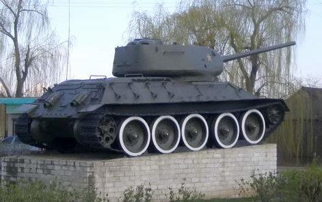 г. Беляевка. Памятник-танк Т-34.