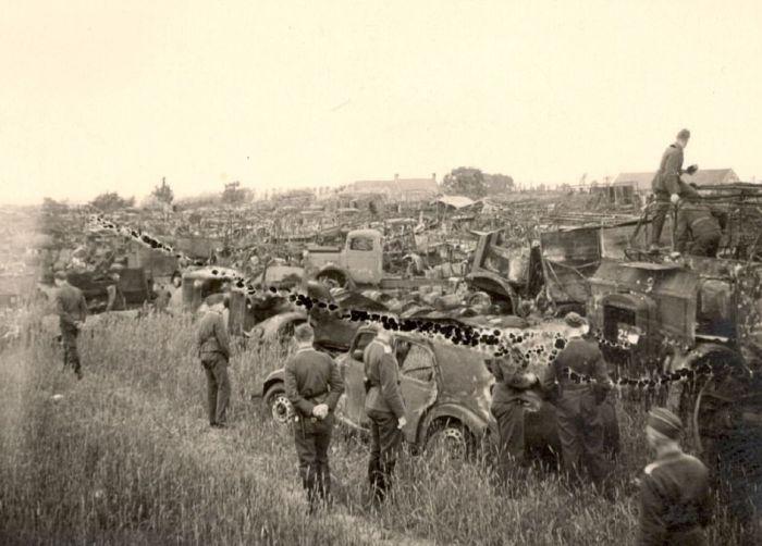 Немецкие солдаты рассматривают трофеи на побережье. Дюнкерк, июнь 1940 г.
