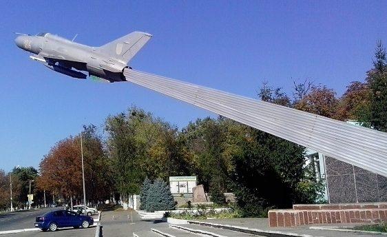 г. Васильков. Памятный знак выпускникам военного авиационно-технического училища, установленный в 1985 году.