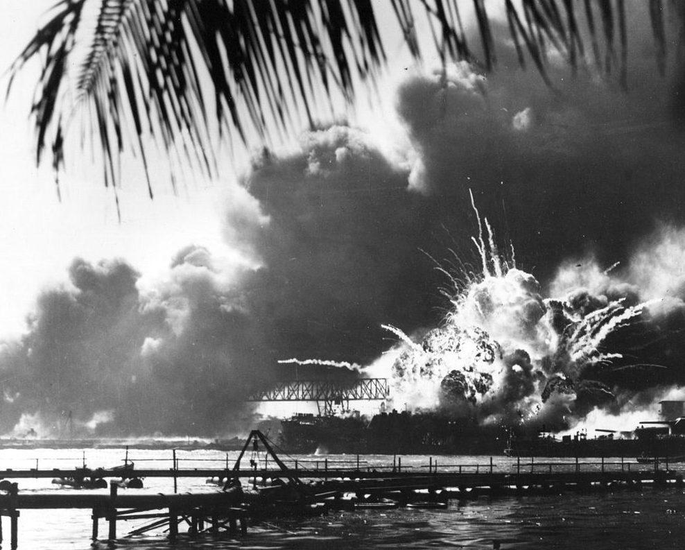 Горит эсминец «Shaw». Перл Харбор. 7 декабря 1941 г.