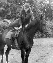 Служащие объездчицы лошадей вспомогательной службы Вермахта.