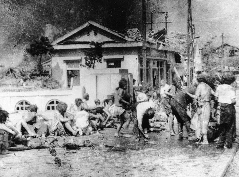 Пострадавшие на улице. Август, 1945 г.