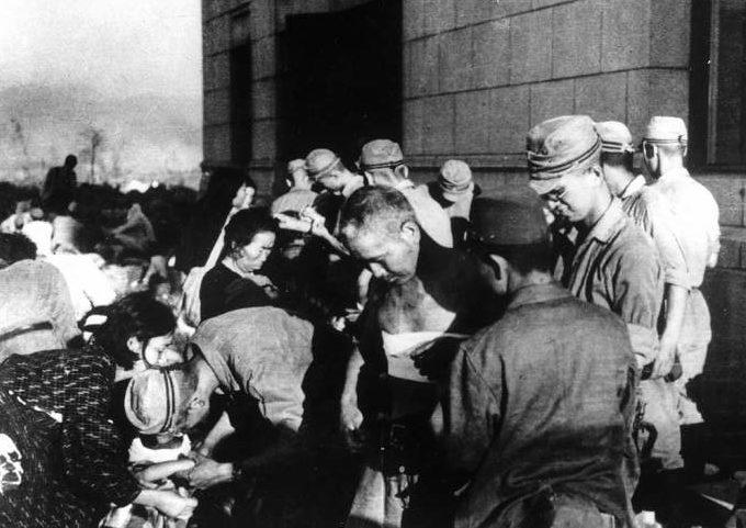 Оказание первой помощи на улицах города. 6 августа 1945 г.