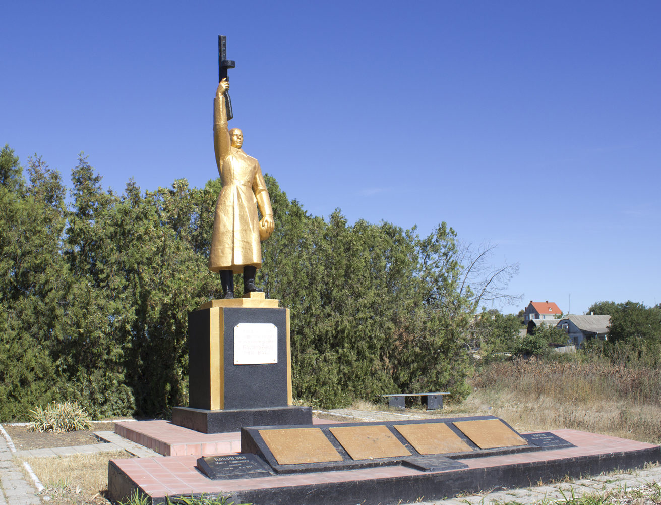 с. Васильевка Беляевского р-на. Памятник, установленный в 1965 году на братской могиле, в которой похоронено 99 воинов, погибших в годы войны.