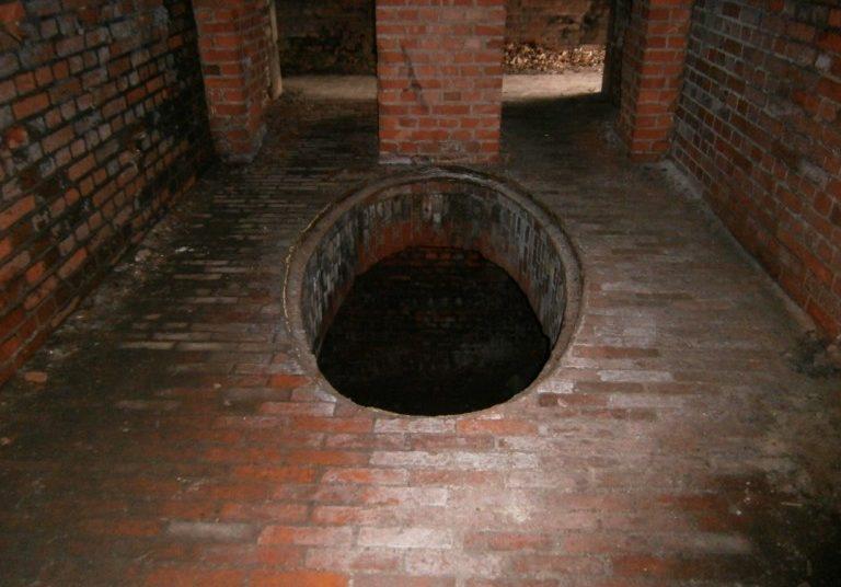 Отверстие для подъема/спуска грузов в подземелье.