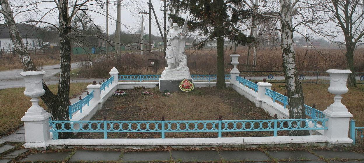 с. Небелица Макаровского р-на. Памятник, установленный на братской могиле воинов, погибших в годы войны.