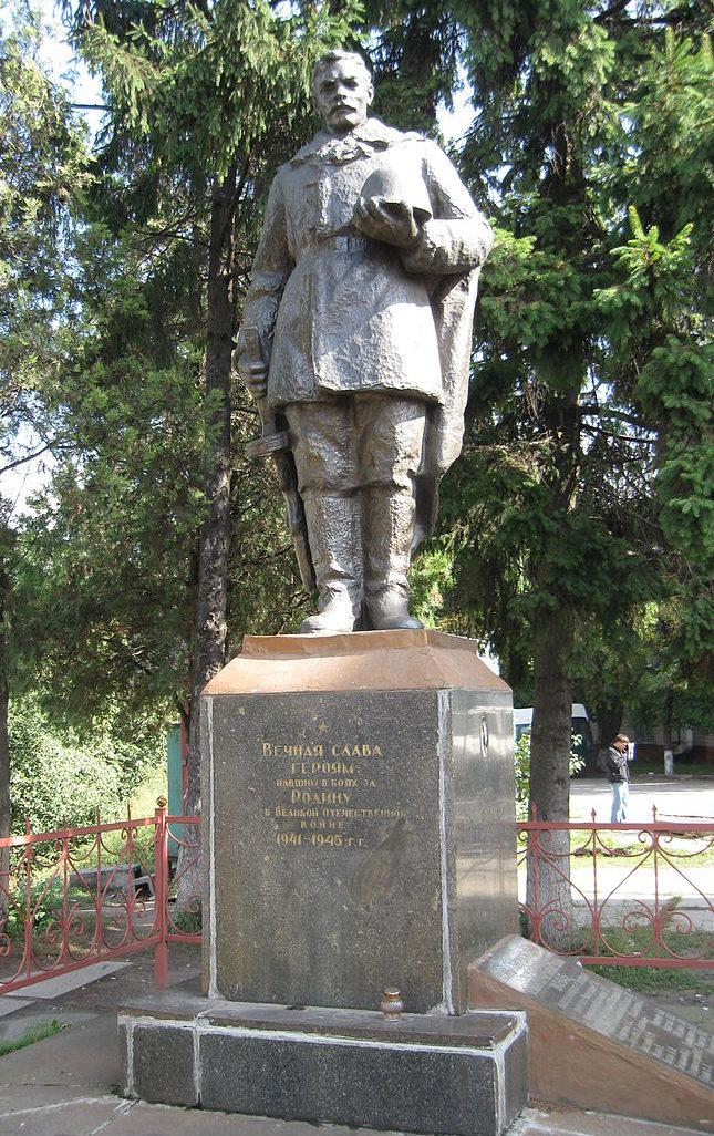 г. Боярка Киево-Святошинского р-на. Памятник на улице Вокзальной, установленный в 1958 году на братской могиле, в которой похоронено 56 советских воинов, погибших в годы войны.