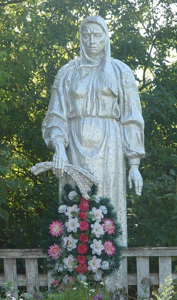 с. Николаевка Макаровского р-на. Памятник «А мать все ждет» установлен в память не вернувшимся с войны.