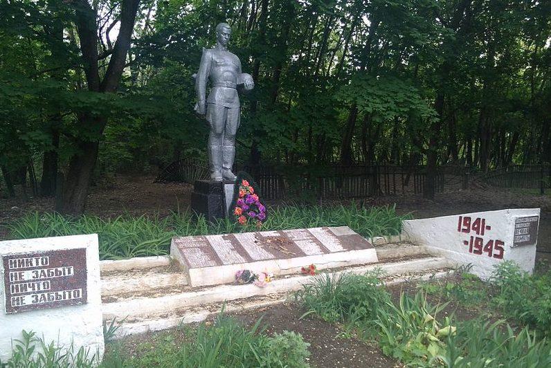с. Копачи, Чернобыльская зона отчуждения. Памятник в центре села, установленный в 1943 году на братской могиле советских воинов.