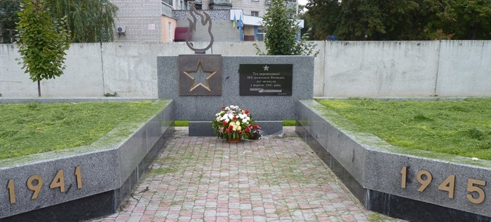 г. Борисполь. Памятник, установленный в 2011 году на братской могиле, где похоронено 494 воина, погибших в 1941 году.