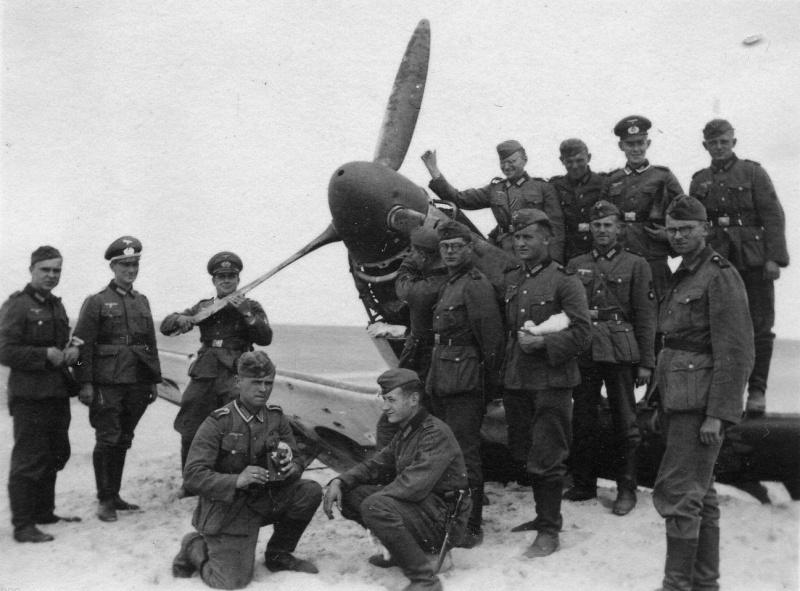 Немецкие солдаты у сбитого британского истребителя «Спитфайр» на пляже. Дюнкерк, июнь 1940 г.