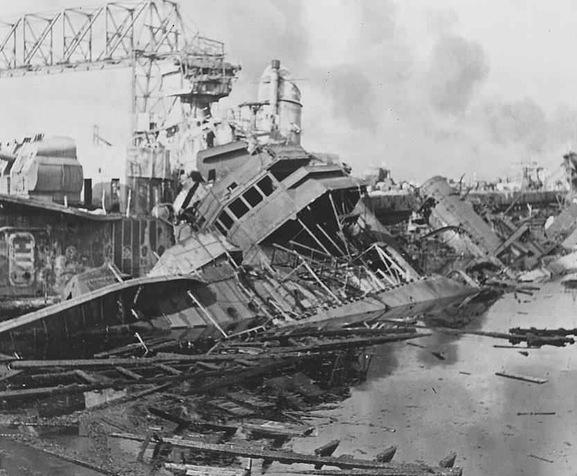 Поврежденные корабли в Перл-Харборе. 7 декабря 1941 г.
