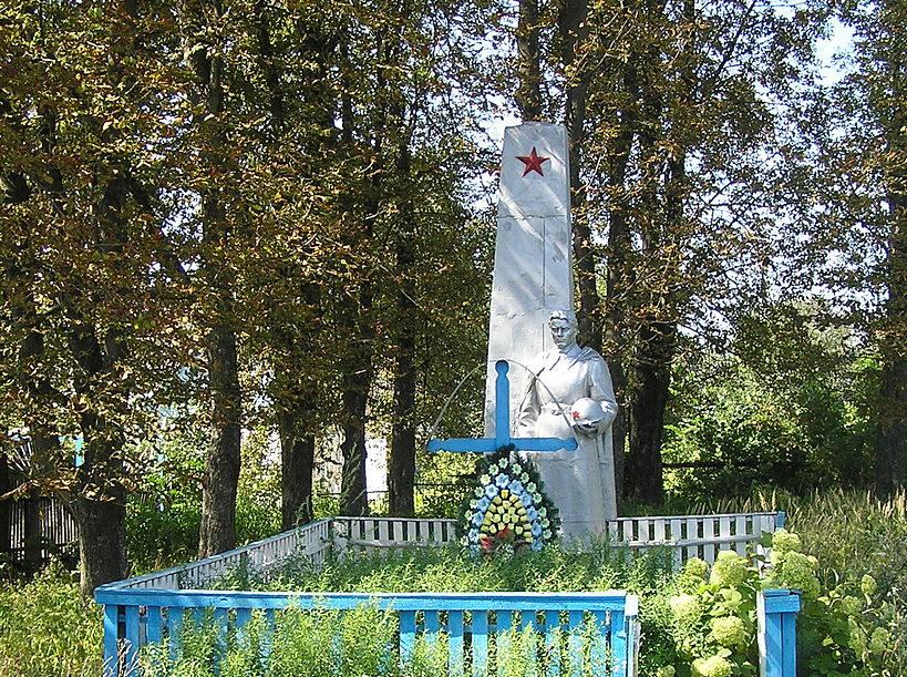 с. Осыково Макаровского р-на. Памятник, установленный на братской могиле воинов, погибших в годы войны.
