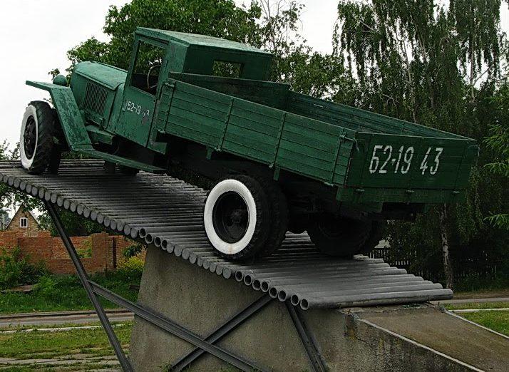 г. Сквира. Памятник автомобилистам Второй мировой войны.