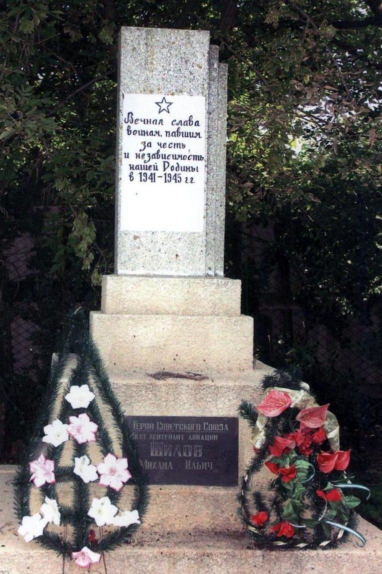 с. Выгода Беляевского р-на. Памятник возле железнодорожного вокзала, участникам обороны и освобождения села.