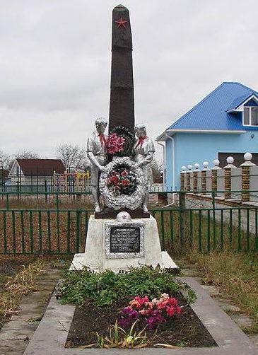 с. Кожуховка Васильковского р-на. Памятник, установленный в 1952 году на братской могиле воинов, погибших в годы войны.