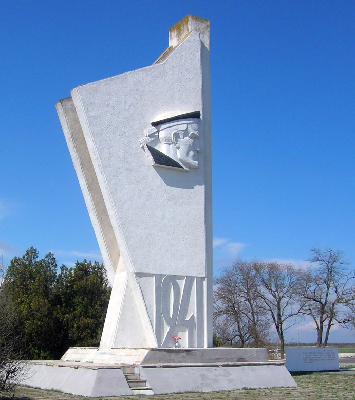 с. Дачное Беляевского р-на. Монумент «Пояса Славы» был установлен в 1967 году, где стояли насмерть бойцы 95-й Молдавской стрелковой дивизии, принявшие на себя главный удар врага в первые дни обороны Одессы.