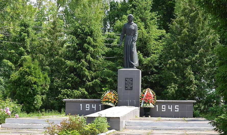 с. Шамраевка Сквирского р-на. Памятник в центре села, установленный в 1966 году на братской могиле воинов, погибших в годы войны.