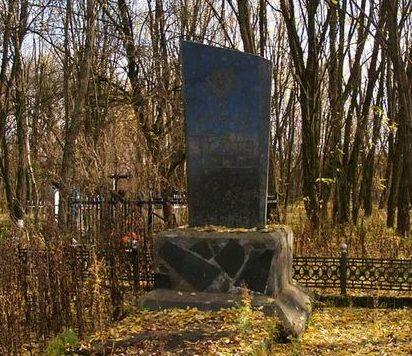 с. Корогод, Чернобыльская зона отчуждения. Памятник на братской могиле на кладбище.