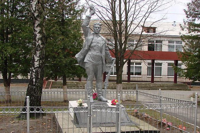 с. Кожуховка Васильковского р-на. Памятник возле школы, установленный в 1962 году на братской могиле воинов, погибших в годы войны.