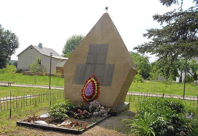 с. Крушинка Васильковского р-на. Памятник в центре села, установленный в 1958 году на братской могиле воинов, погибших в годы войны.