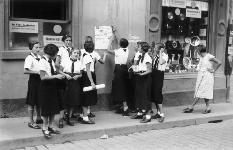 Члены союза девочек прикрепляют агитационный плакат BDM на стену жилого дома в Вормсе. 1933 г.