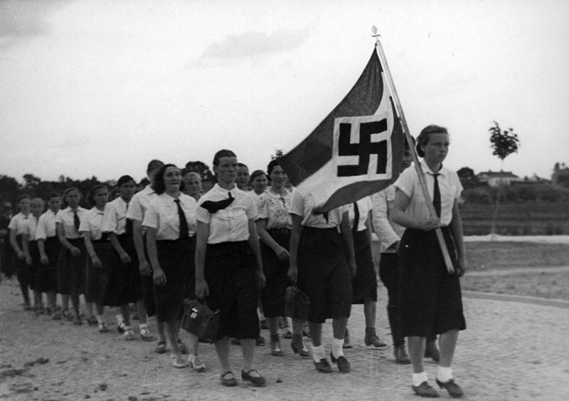 Девушки - фольксдойче из Союза девочек на пути к пикнику. Польша, 1940 г.