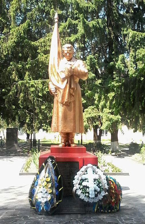 г. Вишнёвое Киево-Святошинского р-на. Памятник советским воинам у средней школы №1, установленный в 1957 году.