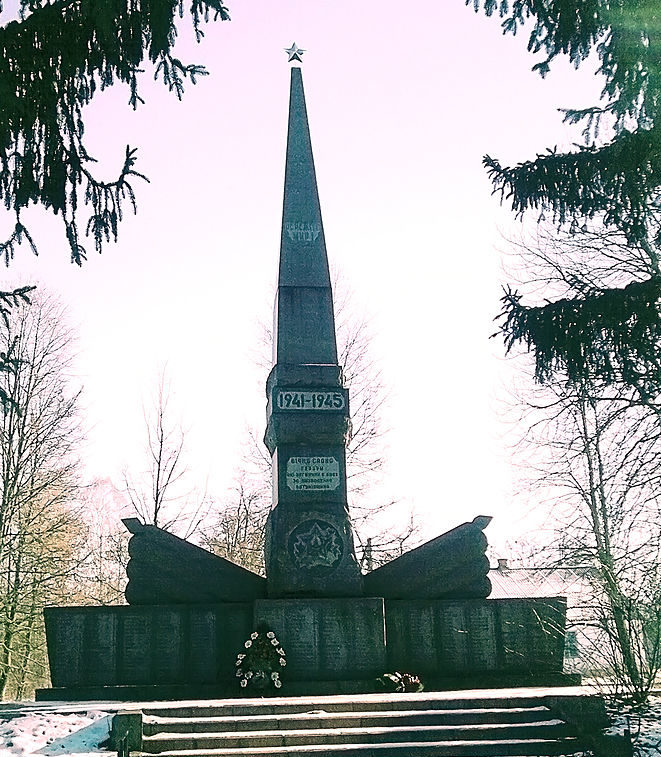 с. Ивановка Ставищенского р-на. Памятник в центре села, установленный на братской могиле воинов, погибших в годы войны.