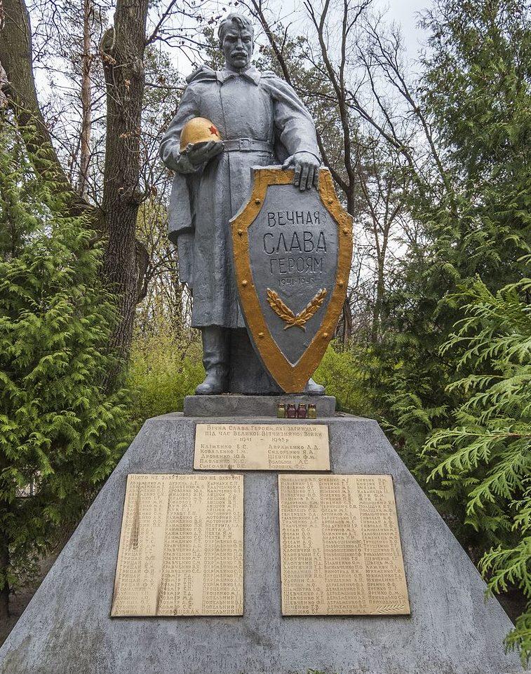 с. Погребы Васильковского р-на. Памятник, установленный на братской могиле воинов, погибших в годы войны.