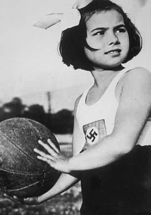 Занятие спортом в лагере Союза девочек.