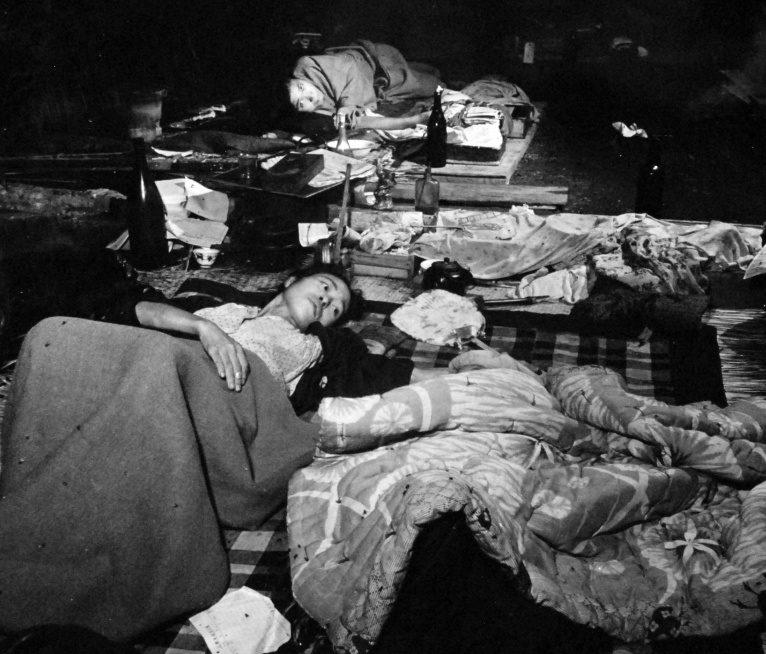 Пострадавшие жители города. 10 августа 1945 г.