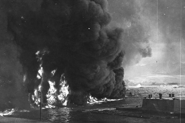 Горящая нефть в гавани Перл-Харбор после нападения японцев. 7 декабря 1941 г.