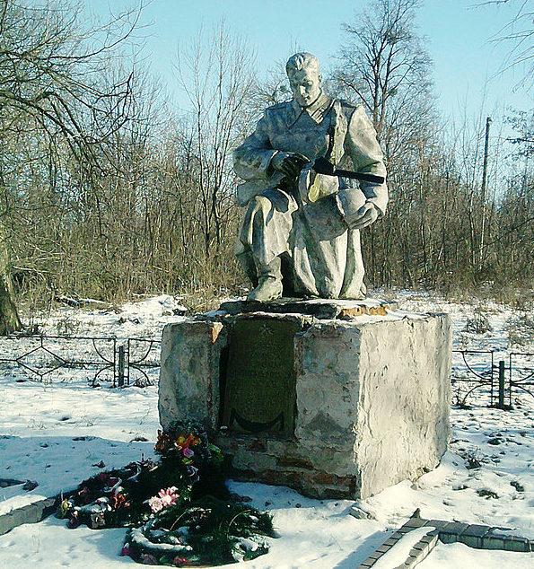 с. Ивановка Ставищенского р-на. Памятник у школы воинам-односельчанам, погибшим в годы войны.