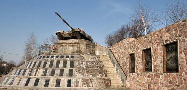 с. Гатное Киево-Святошинского р-на. Памятник-танк, установленный в честь воинов 206-ой стрелковой дивизии, защищавшей село в 1941 году.