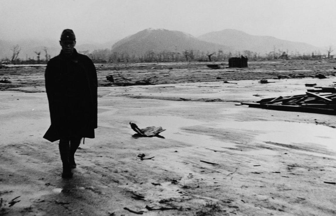 Японский солдат идет по уничтоженному городу. Хиросима. Сентябрь, 1945 г.