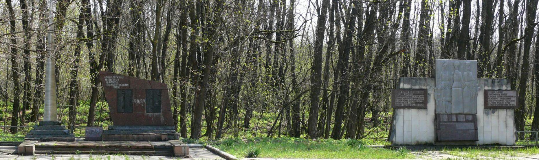 с. Лелёв, Чернобыльская зона отчуждения. Памятник воинам-односельчанам.