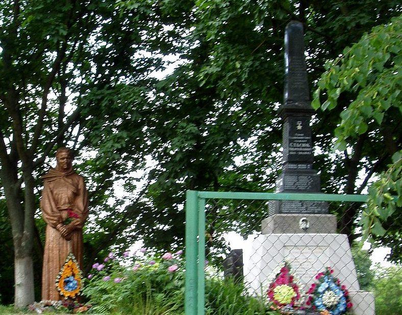 с. Большая Старица Бориспольского р-на. Памятник по улице Стасюка, установленный в 1957 году на братской могиле воинов, погибшим в годы войны. Здесь же размещен памятный знак воинам-односельчанам.