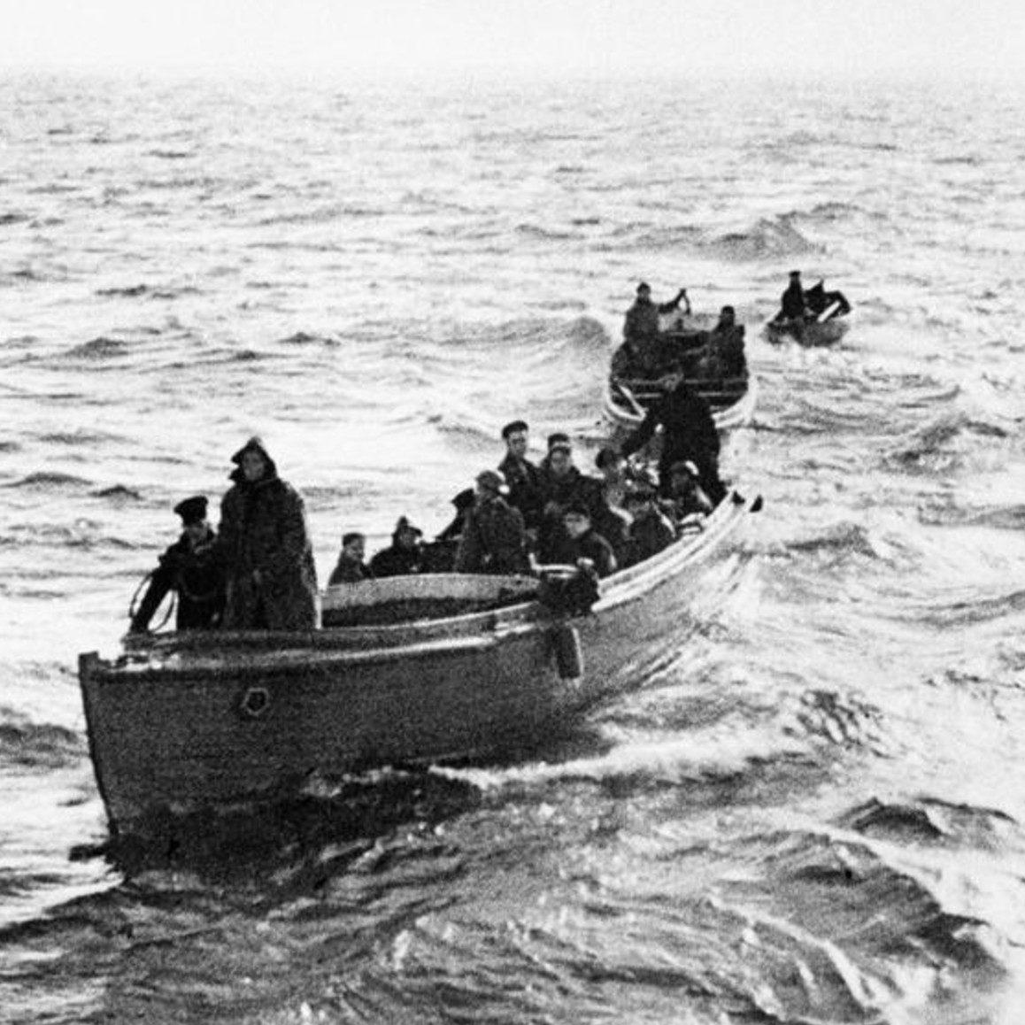 Переправа эвакуированных с берега на крупные суда. 29 мая 1940 г.