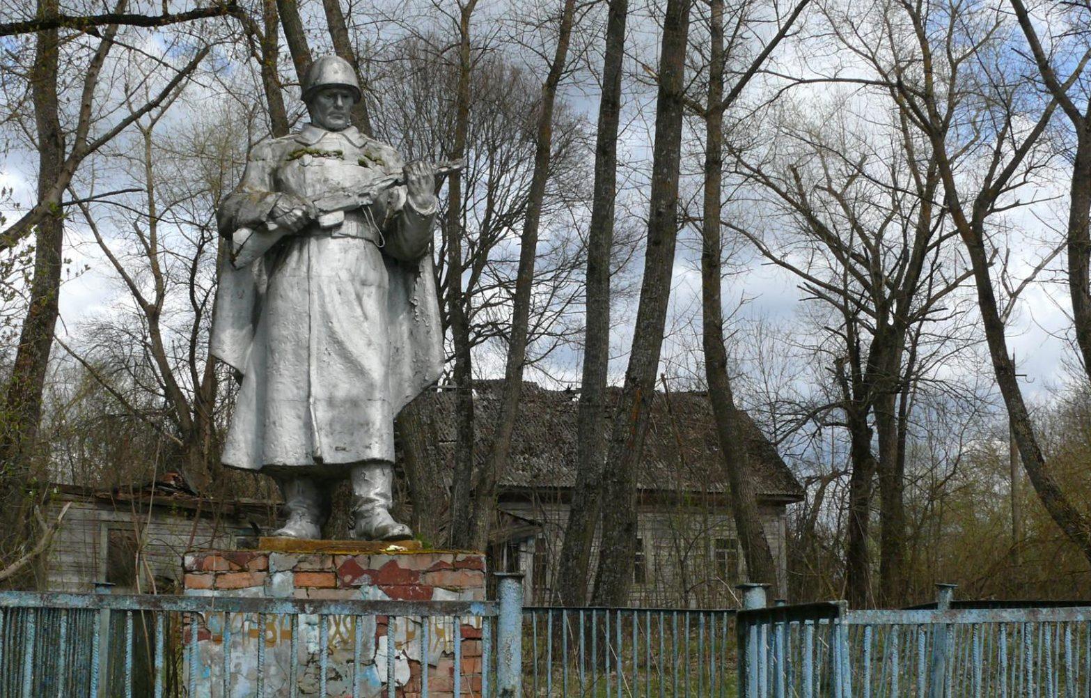 с. Лубянка, Чернобыльская зона отчуждения. Братская могила и памятник односельчанам воинам.