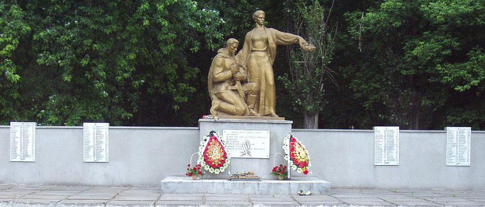 с. Воронков Бориспольского р-на. Памятник по улице Центральной, установленный в 1975 году воинам-односельчанам, погибшим в годы войны.