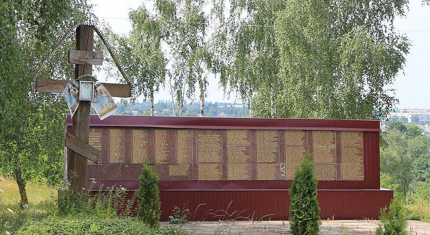 с. Роскошная Ставищенского р-на. Памятник, установленный на братской могиле воинов, погибших в годы войны.