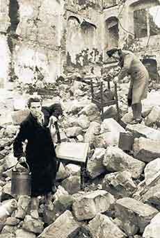 Поиск пригодных вещей после бомбардировки. Февраль 1945 г.