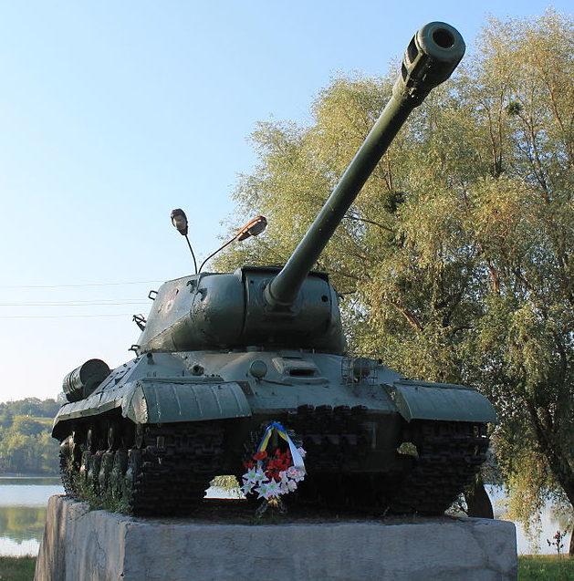 пгт. Ставище Ставищенского р-на. Танк-памятник ИС-2 по улице Советской, установлен в честь воинов-освободителей.