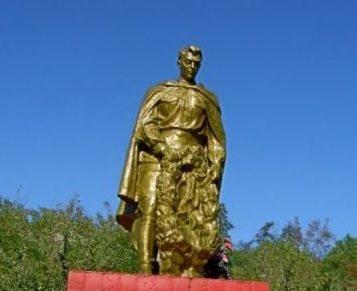 с. Дибровка Подольского р-на. Памятник, установленный на братской могиле, в которой захоронен 21 воин, погибший в годы войны.