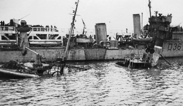 Эсминец рядом с затонувшим траулером. Дюнкерк, 29 мая 1940 г.